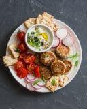 La coliflor, quinoa coció las albóndigas, verduras frescas, galletas libres del gluten, salsa del yogur - bocado vegetariano en u imagenes de archivo