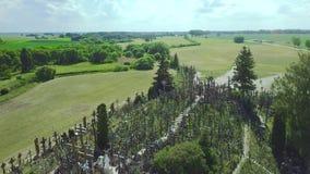 La colina de cruces Es un sitio del peregrinaje Siauliai lituania almacen de metraje de vídeo