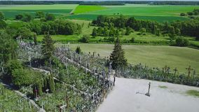La colina de cruces Es un sitio del peregrinaje Siauliai lituania almacen de video