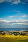 La colina majestuosa que pasa por alto la bahía Imágenes de archivo libres de regalías