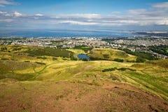 La colina majestuosa que pasa por alto la bahía Imagen de archivo
