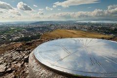 La colina majestuosa que pasa por alto la ciudad Imagen de archivo libre de regalías