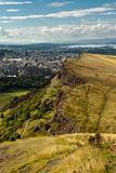 La colina majestuosa que pasa por alto la ciudad Imágenes de archivo libres de regalías