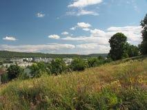 La colina ofrece una vista de la ciudad Zhigulevsk Estructura urbana a Imagenes de archivo