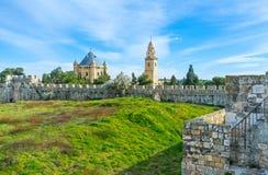 La colina verde dentro de las paredes de la ciudad Imagen de archivo