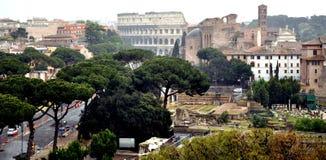 La colina y el Colosseum de Palatine Imagenes de archivo