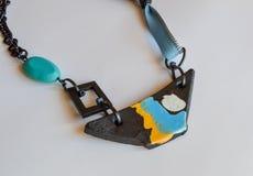 La collana fatta a mano, barca ha modellato il pendente, estratto immagini stock
