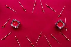 La collection d'écarlate avec le rouge de bougies a coloré l'espace de vue supérieure de fond pour le texte Photographie stock libre de droits