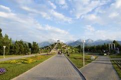 La collina centrale con il monumento nel parco di indipendenza di primo presidente del Kazakistan Fotografia Stock