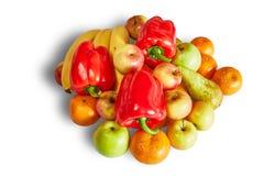 La collina dei mandarini, delle mele, delle banane e del pepe maturi su fondo bianco con ombra Fotografie Stock Libere da Diritti