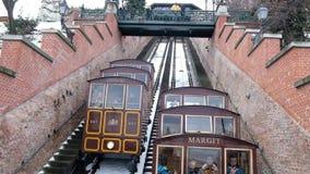 La collina del castello di Budapest funicolare nell'inverno a Budapest, Ungheria archivi video