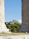 La collina di Lycabetus, ha gettato le colonne del te dello Zeus di olimpionico Fotografie Stock Libere da Diritti