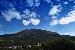 La collina fra le nuvole e la valle ha riempito di case Immagini Stock Libere da Diritti