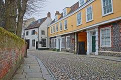 La colline d'orme a pavé la rue en cailloutis avec les maisons médiévales de la période de Tudor photos libres de droits