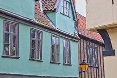 La colline d'orme a pavé la rue en cailloutis avec les maisons médiévales de la période de Tudor photo libre de droits
