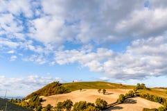 La colline dans le Montefeltro (Italie) photographie stock libre de droits
