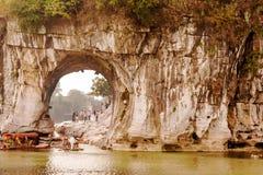 La colline de tronc d'éléphant, la caverne de lune de l'eau dedans à Guilin, Guang Photo stock