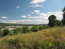 La colline offre une vue de la ville Zhigulevsk Structure urbaine a images stock