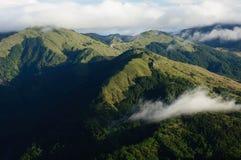 La colline verte avec une ceinture de nuage Images stock