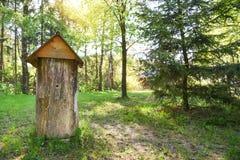 La colmena antigua en el medio del claro del bosque, hecho del tronco del árbol, nombró el duplyanka o el bort Imagen de archivo