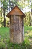 La colmena antigua en el medio del claro del bosque, hecho del tronco del árbol, nombró el duplyanka o el bort Imágenes de archivo libres de regalías