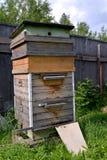 La colmena de madera grande cuesta en un sitio del jardín Foto de archivo libre de regalías
