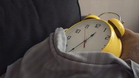 La colocación amarilla grande del reloj cubrió una manta en el sofá en casa metrajes