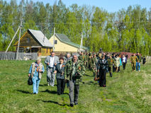 La colocación de guirnaldas en el sepulcro de soldados caidos y de la ceremonia conmemorativa puede 9, 2014 en la región de Kalug Foto de archivo
