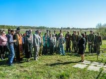 La colocación de guirnaldas en el sepulcro de soldados caidos y de la ceremonia conmemorativa puede 9, 2014 en la región de Kalug Imagenes de archivo