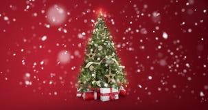 La colocación enciende el árbol adornado de Navidad con las cajas de regalo en fondo rojo y la nieve forma escamas cayendo con el stock de ilustración