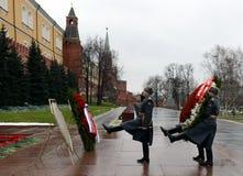 La colocación solemne de guirnaldas en la tumba del monumento del soldado desconocido en el jardín de Alexander Imagen de archivo