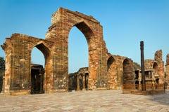 La colonna del ferro nel complesso di Qutb, Delhi, India Fotografia Stock