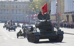 La colonna di attrezzatura militare di grande guerra patriottica con parata in onore del giorno di vittoria St Petersburg Fotografia Stock Libera da Diritti