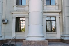 La colonna di costruzione fra due finestre fotografia stock