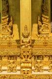 La colonna gigante diritta dorata della statua Fotografia Stock