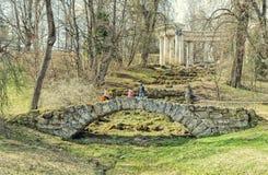 La colonnade d'Apollo et le pont en cascade dans le Pavlovsk se garent photos stock