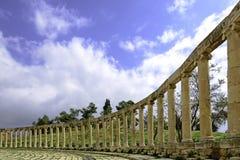 La colonnade ovale de forum dans Jerash antique, Jordanie Photo stock