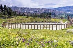 La colonnade ovale de forum dans Jerash antique, Jordanie Images stock