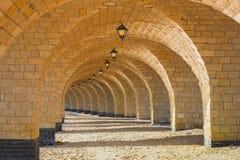 La colonnato di pietra incurvata con le lanterne Immagini Stock