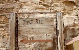 La colonnato lunga 1 percorso lungo di 2km (come-Siq) alla città di PETRA, Giordania-- è un simbolo del turista più-visitato dell Fotografie Stock