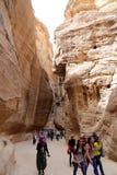 La colonnato lunga 1 percorso lungo di 2km (come-Siq) alla città di PETRA, Giordania Immagine Stock Libera da Diritti