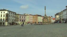 La colonne baroque de peste a appelé Marian sur la place de Dolni dans la ville d'Olomouc Monument culturel national à partir de  banque de vidéos