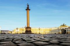 La colonne d'Alexandre sur la place de palais Images stock