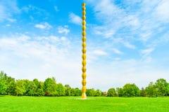 La colonne sans fin ou colonne d'infini dans le Central Park de Targu Jiu dans un jour d'été La colonne ou le Coloana sans fin image libre de droits