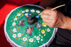 La coloration peint le parapluie fait en papier/tissu. Arts et Image stock