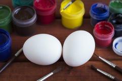 La coloritura dipinge le uova per Pasqua Immagine Stock Libera da Diritti