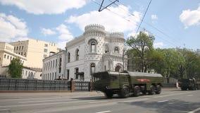 La columna de los sistemas de misiles operativo-tácticos rusos Iskander almacen de metraje de vídeo