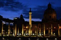 La columna de Trajan en la noche fotos de archivo