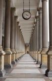 La columnata clásica del estilo, Karlovy varía Imagen de archivo