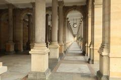 La columnata del balneario en Karlovy varía la ciudad Imagenes de archivo